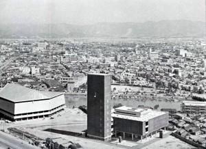 昭和39年開館当初の福岡県文化会館。向かいは前年に開館した市民会館