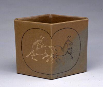 八代焼「象嵌馬文菱形水指」19世紀、当館蔵