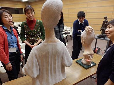 片山先生ご自身の作品を持ってきていただき、直にふれながらの会になりました。