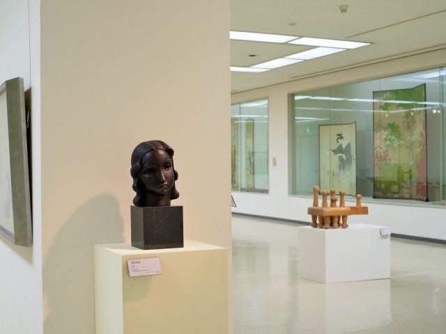 彫刻(左)安永良徳「首B」1932年/彫刻(右)宮崎凖ノ助「離れて歩く人」1977年